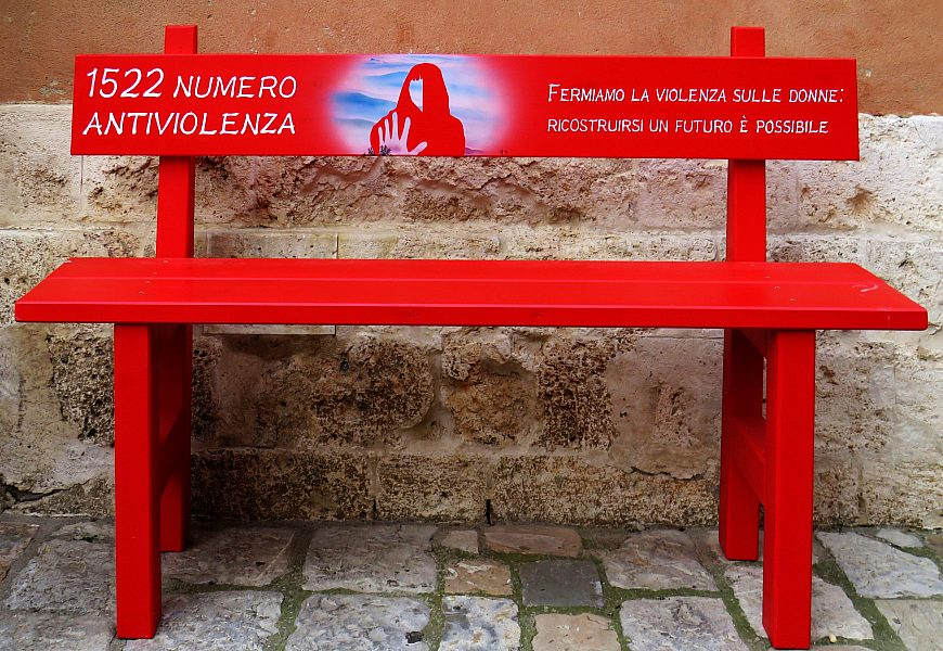 1522 una panchina rossa per ricordare tutte le donne vittime di violenza No alla violenza sulle donne
